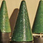 Juletræer malet og dekoreret i pose