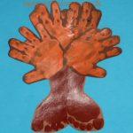 Efterårstræer med hånd og fodaftryk